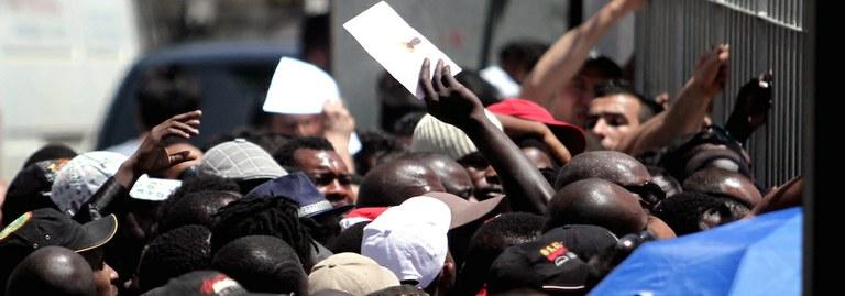 Flüchtlinge warten in Athen auf eine Aufenthaltsgenehmigung. Foto:  picture alliance / dpa