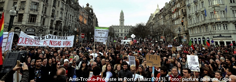 *In Porto protestieren Menschen gegen die Sparvorgaben der Troika (März 2013). Foto: picture alliance / dpa*